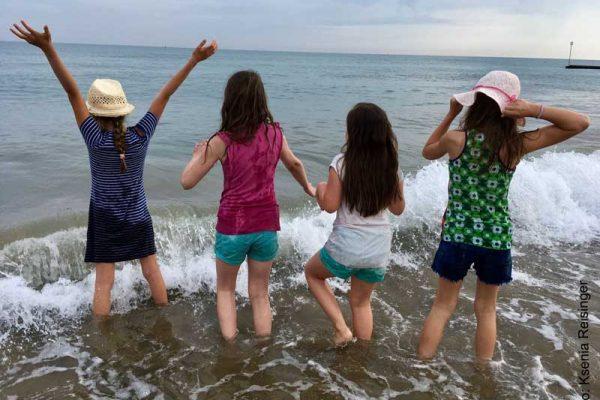 Mädchen springen ins Meer web